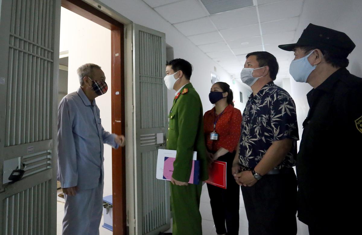 Trung tá Thắng nói chuyện với một cụ ông tại chung cư Kim Văn, Kim Lũ sáng 25/3.Ảnh: Phương Sơn