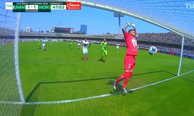 Bắt bóng như diễn hài, thủ môn khiến đội nhà thua đau
