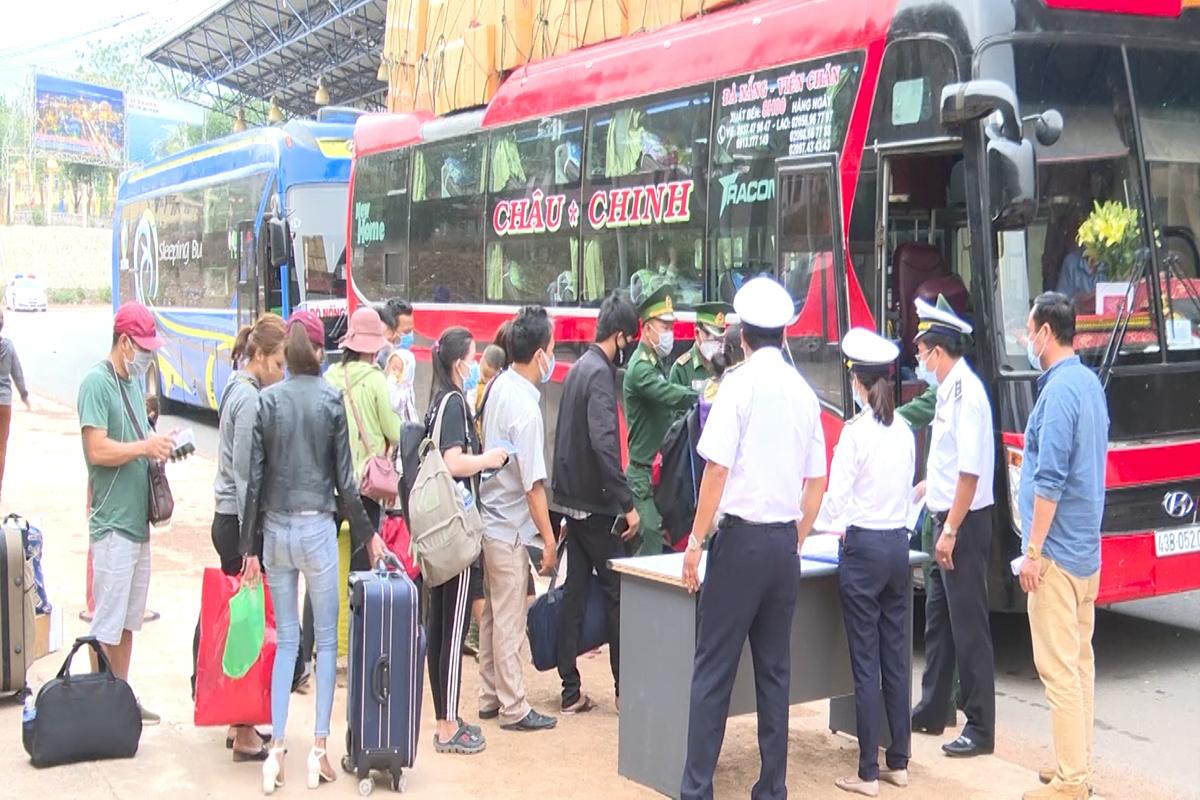 Người dân xếp hàng chờ về cách ly tập trung tại cửa khẩu quốc tế Lao Bảo. Ảnh: Hoàng Táo