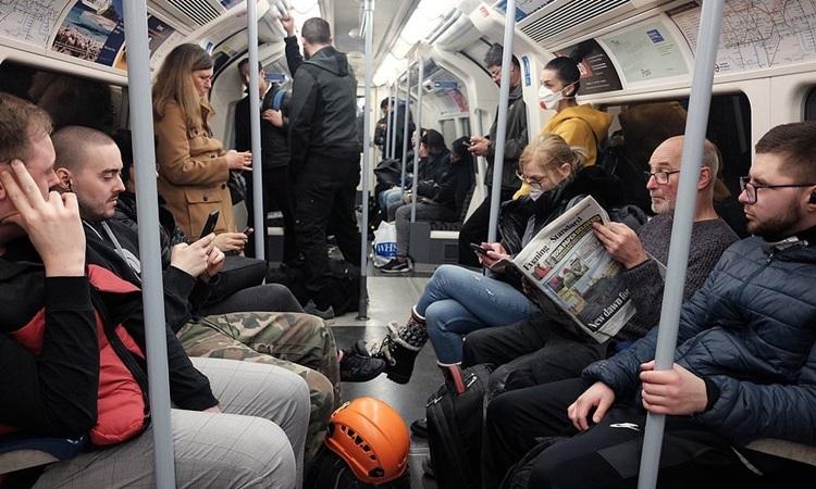 Toa tàu điện ngầm đông người giữa đại dịch Covid-19 tại London, Anh hôm 24/3, một ngày sau khi Thủ tướng tuyên bố phong tỏa toàn quốc. Ảnh: PA.