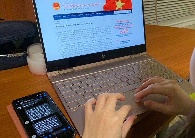 Nguyễn Quỳnh ngồi ôm máy suốt ba ngày nay để cập nhật thông tin, kêu gọi sự hỗ trợ đối với du học sinh mắc kẹt tại Mỹ. Ảnh: Nhân vật cung cấp.