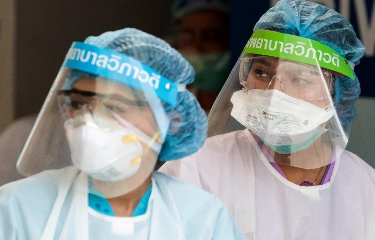 Nhân viên y tế mặc đồ bảo hộ tại Bệnh viện Vibhavadi ở Bangkok hôm 25/3. Ảnh: AFP.