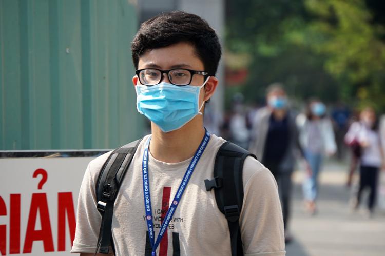 Sinh viên Đại học Y dược TP HCM đi học lại ngày 9/3. Ảnh: Mạnh Tùng