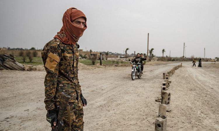 Tay súng SDF tại thị trấn Baghouz, miền đông Syria hôm 13/3. Ảnh: AFP.
