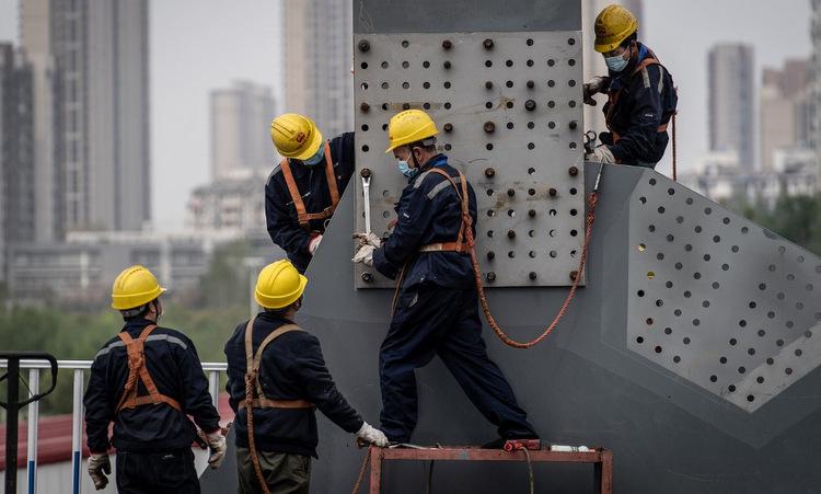 Công nhận tại dự án xây cầu ở miền trung tỉnh Hồ Bắc hôm 23/3. Ảnh: AFP.