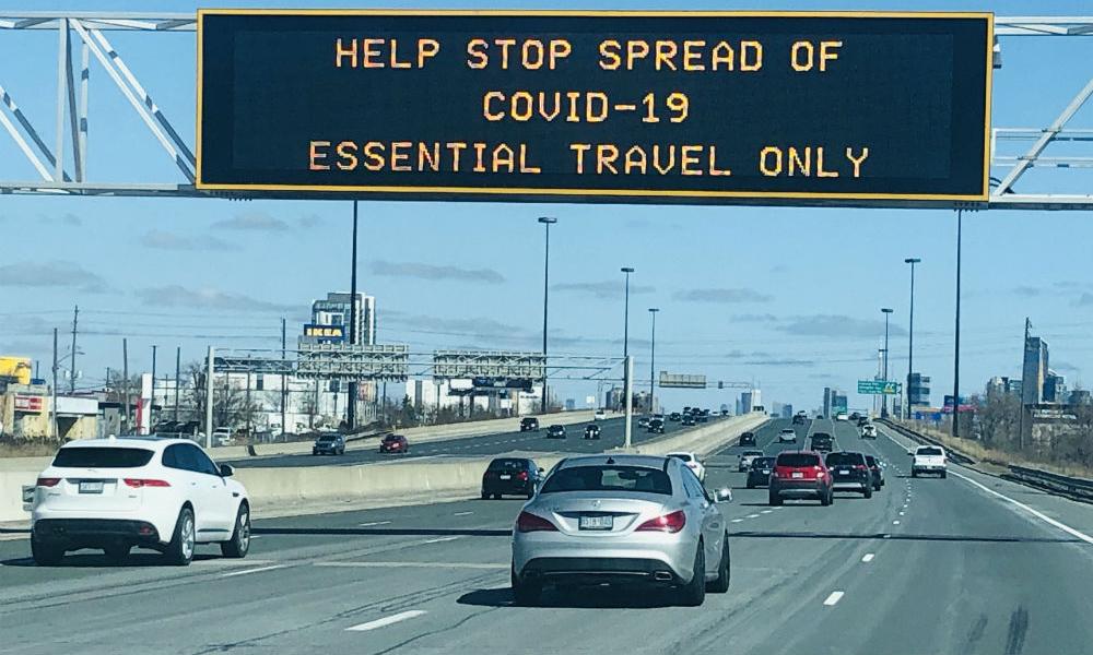 Biển báo trên đường cao tốc Gardiner ở Toronto, cảnh báo người dân chỉ đi lại khi cần thiết, hôm 22/3. Ảnh: OHS Canada