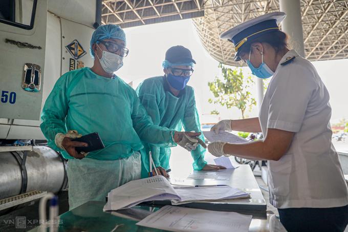 Lực lượng chức năng Việt Nam kiểm dịch y tế người từ Campuchia về nước, tại cửa khẩu Mộc Bài, Tây Ninh. Ảnh:Hữu Khoa
