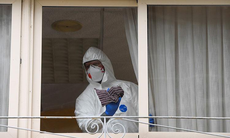 Nhân viên vệ sinh dọn dẹp một viện dưỡng lão có người chết vì nCoV tại khu tự trị Asturias, Tây Ban Nha hôm 20/3. Ảnh: Reuters.