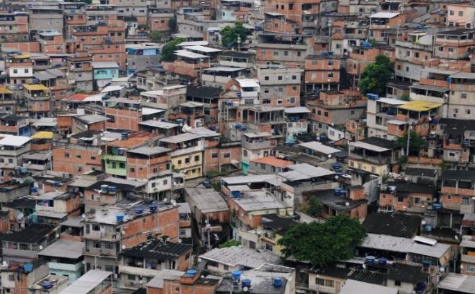 Toàn cảnh khu ổ chuột Alemao, Rio de Janeiro, hôm 22/3. Ảnh: Reuters