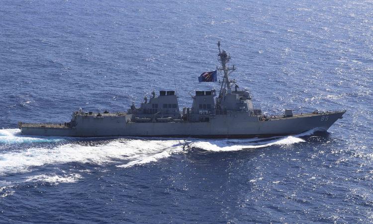 USS McCampbell di chuyển trên Biển Đông hôm 12/3. Ảnh: US Navy.