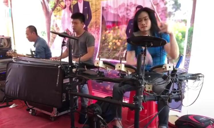 Ban nhạc bẻ lái điêu luyện vì giọng hát lạc nhịp của người đàn ông