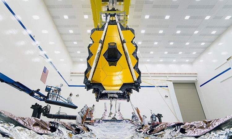 Kính viễn vọng James Webb trong phòng vô trùng. Ảnh: NASA.