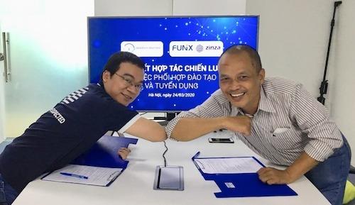 Cú chạm tay giữa đại diện FUNiX và ZINZA trong lễ ký kết hợp tác chiến lược ngày 24/3.