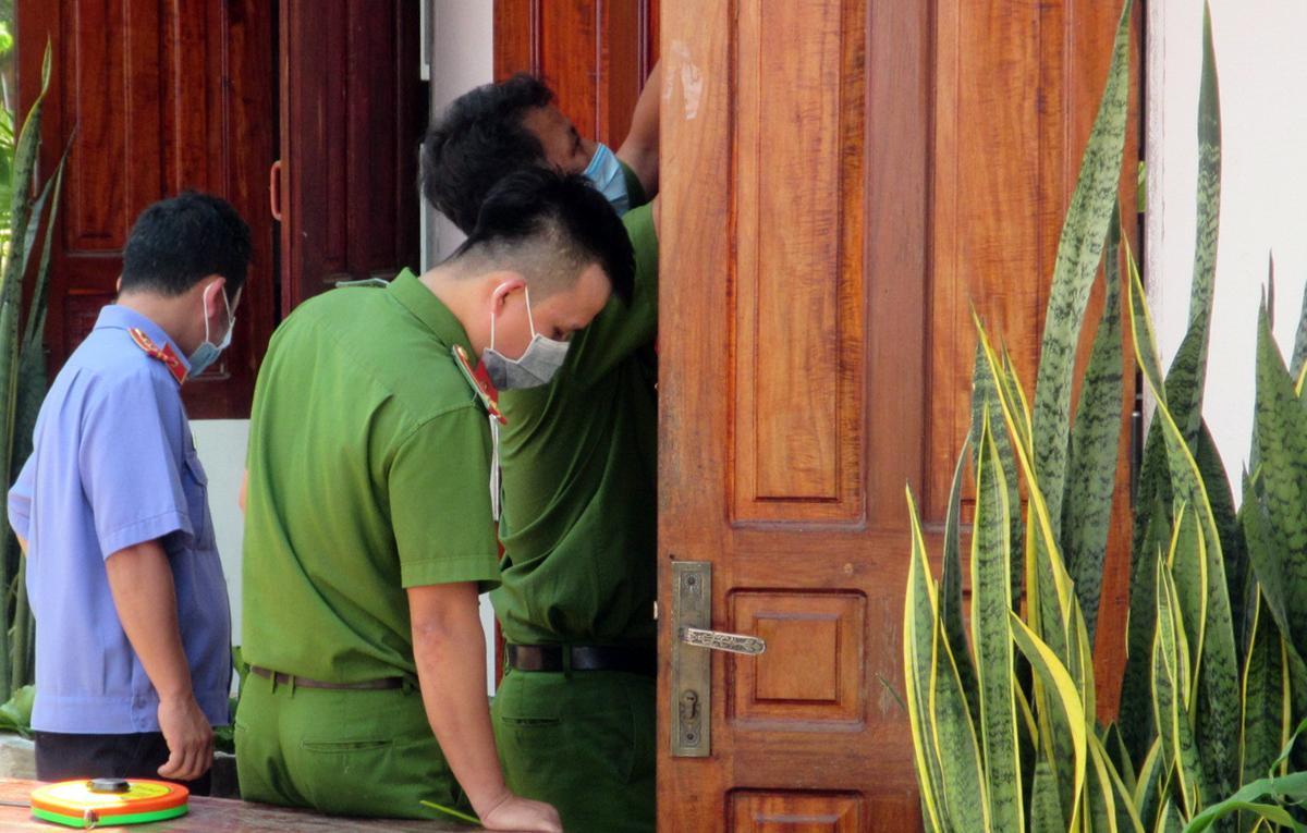 Cảnh sát khám nghiệm, tìm dấu vết nghi can ở căn phòng sư thầy bị sát hại. Ảnh: Việt Quốc.