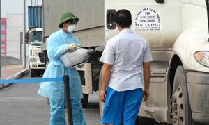 Khử khuẩn tài xế Trung Quốc ở cửa khẩu