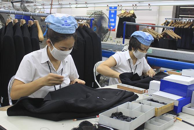 Lao động ngành dệt may bị ảnh hưởng nặng do dịch covid 19. Ảnh: Anh Duy