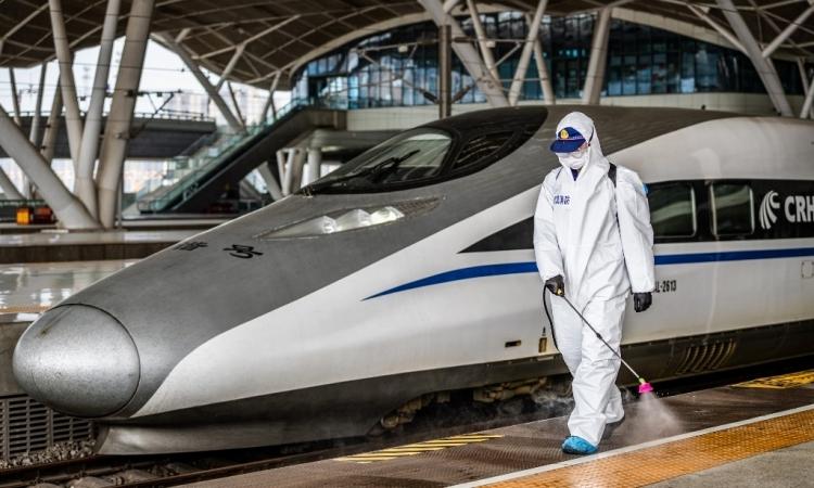 Nhân viên phun thuốc khử trùng tại nhà ga Vũ Hán, Hồ Bắc, Trung Quốc hôm 24/3. Ảnh: AFP.