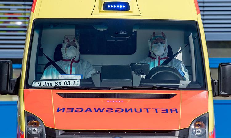 Xe cứu thương chở bệnh nhân nhiễm nCoV đến bệnh viện ởLeipzig, Đức hôm 25/3. Ảnh: Reuters.