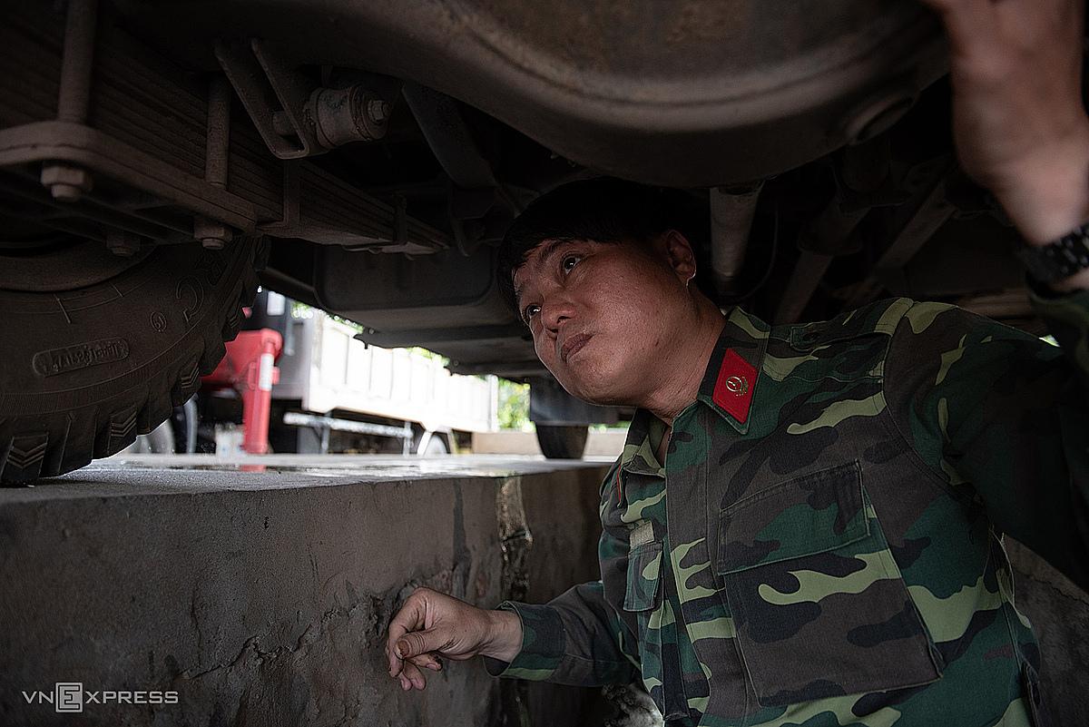 Thượng úy Hà Đình Chín kiểm tra phương tiện trước khi khởi hành. Ảnh: Thanh Huế