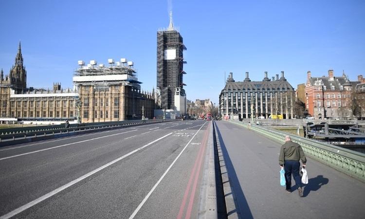 Đường phố London vắng vẻ hôm 24/3 vì người dân được khuyến cáo ở nhà để ngăn dịch bệnh. Ảnh: AFP.