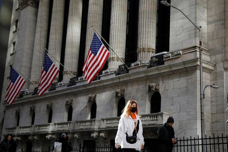 Người dân Mỹ mang khẩu trang trên phố New York, Mỹ, ngày 4/3. Ảnh: Reuters.