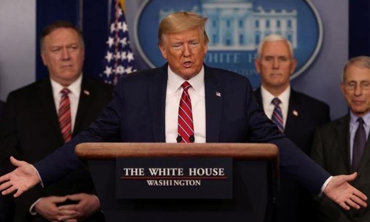 Tổng thống Mỹ Donald Trump cùng các quan chức cấp cao tại buổi họp báo về Covid-19 ở Nhà Trắng hôm 20/3. Ảnh: Reuters.