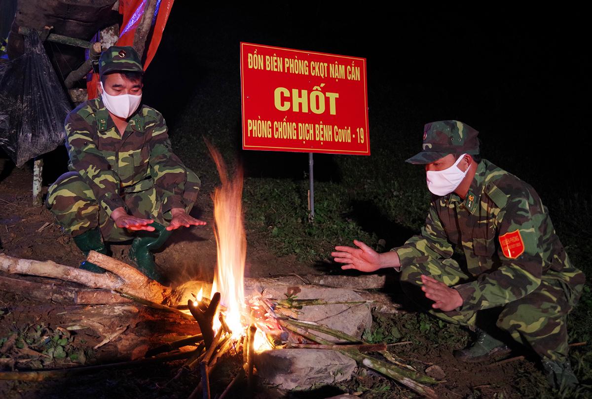 Chiến sĩ biên phòng Nghệ An trực tại chốt thuộc địa phận Nậm Cắn (Kỳ Sơn) tối 21/3. Ảnh: Hải Thượng.