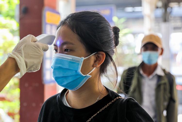Nhân viên y tế tiến hành đo thân nhiệt cho hành khách trước khi rời ga Sài Gòn để phòng dịch nCoV. Ảnh: Quỳnh Trần.