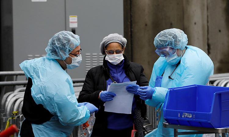 Ba nhân viên y tế tại Bệnh viện Trung tâm Brooklyn, thành phố New York. Ảnh: Reuters.