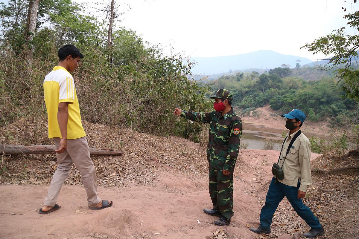 Biên phòng Quảng Trị ngăn một người dân xã Xy huyện Hướng Hoá sang phía Lào thăm người thân, tuyên truyền và vận động người này quay trở về. Ảnh:Hoàng Táo.
