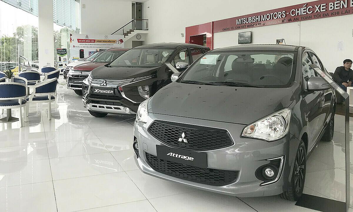Xe hơi trưng bày ở một đại lý Mitsubishi thuộc quận Bình Tân.