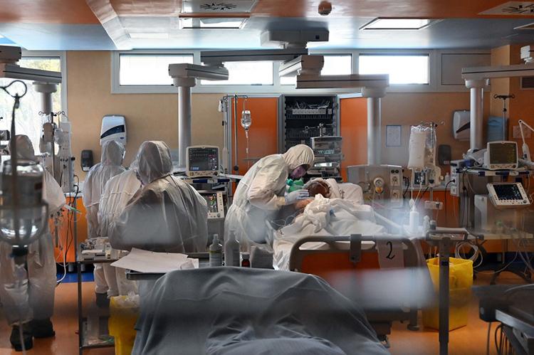 Nhân viên y tế điều trị cho bệnh nhân Covid-19 tại bệnh viện Casal Palocco gần thủ đô Rome hôm 24/3. Ảnh: AFP