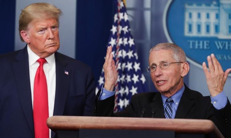 Anthony Fauci (phải) và Trump tại cuộc họp báo ở Nhà Trắng ngày 24/3. Ảnh: Reuters.