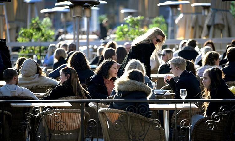 Người dân Thụy Điển vẫn tập trung tại một nhà hàng ở Stockholm hôm 26/3. Ảnh: Reuters.