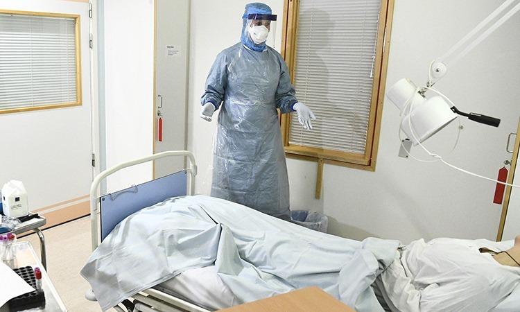 Nhân viên y tế trong phòng điều trị bệnh nhân nhiễm Covid-19 tại Bệnh viện Đại học Karolinska, Stockholm. Ảnh: Claudio Bresciani.