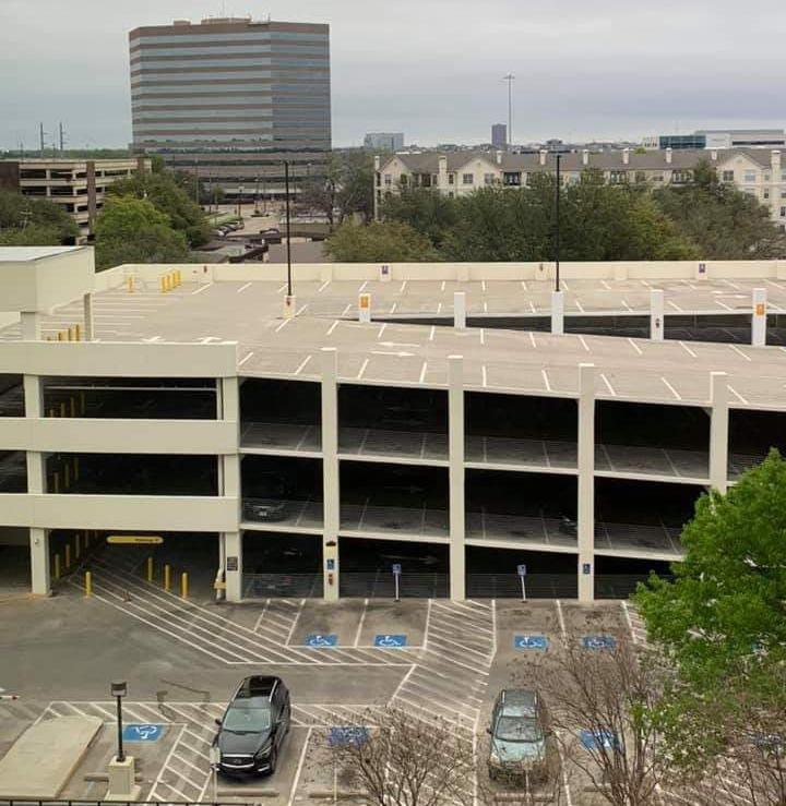 Bãi đỗ bệnh viện Medical Citty Dallas vắng vẻ hôm 22/3. Ảnh: Nhân vật cung cấp