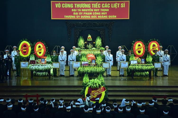 Lễ tang ba công an hi sinh tại Đồng Tâm. Ảnh: Giang Huy
