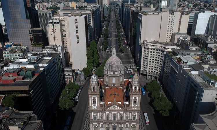 Nhà thờ Candelaria và đại lộ Presidente Vargas ở trung tâmRio de Janeiro, Brazil nhìn từ trên cao hôm 25/3. Ảnh: AFP.