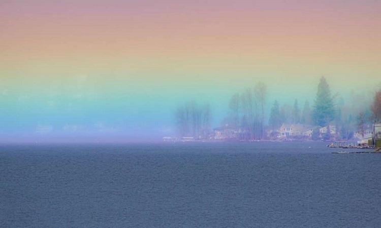 Cầu vồng sáng rực trên mặt hồ. Ảnh: Cessna Kutz.