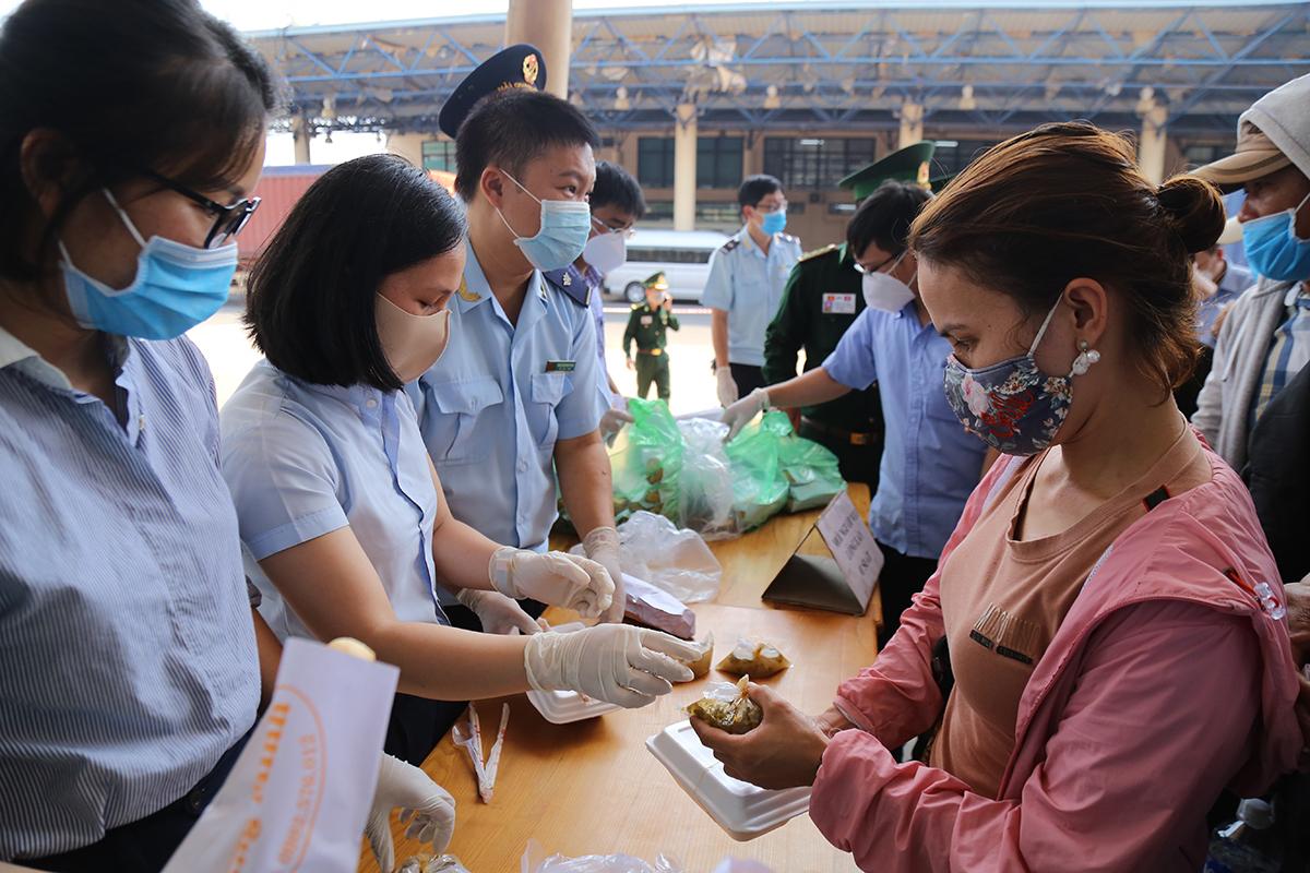 Phát cơm miễn phí cho công dân trong khu vực cách ly tạm thời. Ảnh: Hoàng Táo