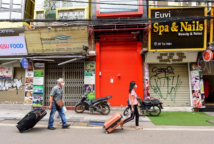 Nhiều cửa hàng tại phố cổ Hà Nội đã đóng cửa trong ngày 26/3. Ảnh: Giang Huy