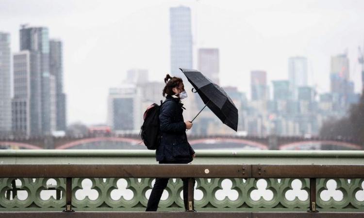Người dân Anh đeo khẩu trang khi đi trên cầu Westminster, London, hôm 5/3. Ảnh: Reuters.