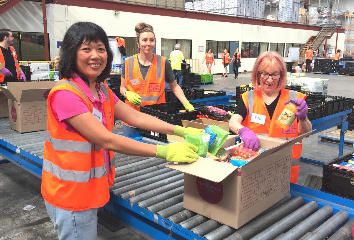 Tình nguyện viên đóng gói hàng cứu trợ ở Foodbank Victoria. Ảnh: Thoại Giang