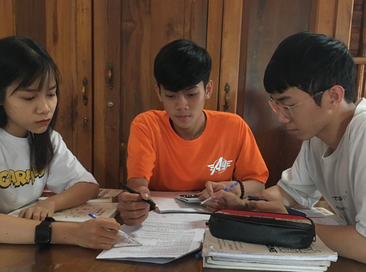 Phương Uyên (trái) và các bạn học nhóm tại nhà. Ảnh: Nhân vật cung cấp.