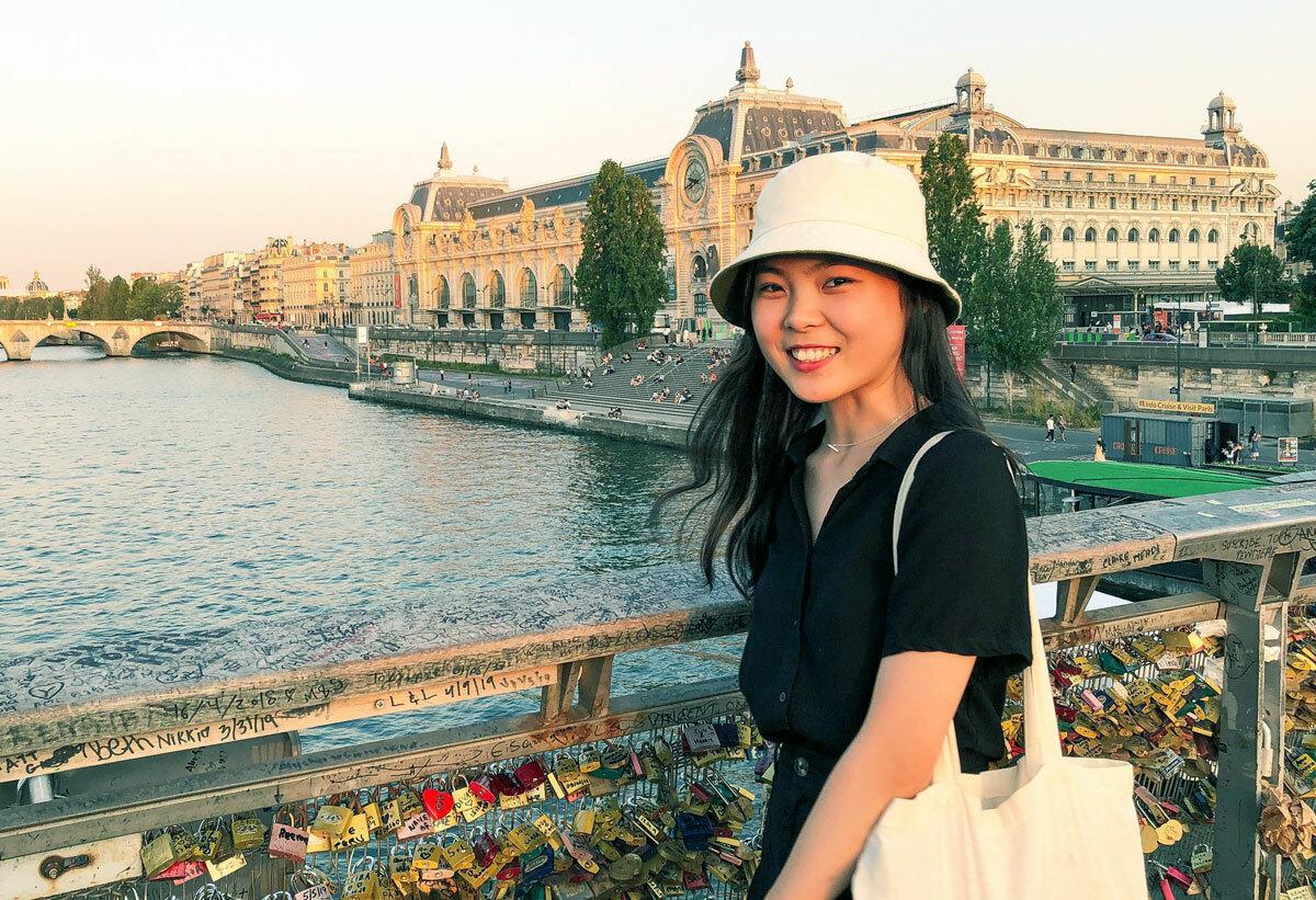 Nguyễn Thị Thanh Hương chụp ảnh tại cầu Léopold-Sédar-Senghor, thủ đô Paris. Ảnh: Nhân vật cung cấp.