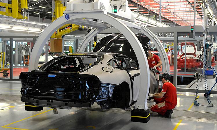 Công nhân lắp ráp ô tô tại nhà máy củaFerrari ởMaranello, tỉnhModena hôm 8/3. Ảnh: AP.