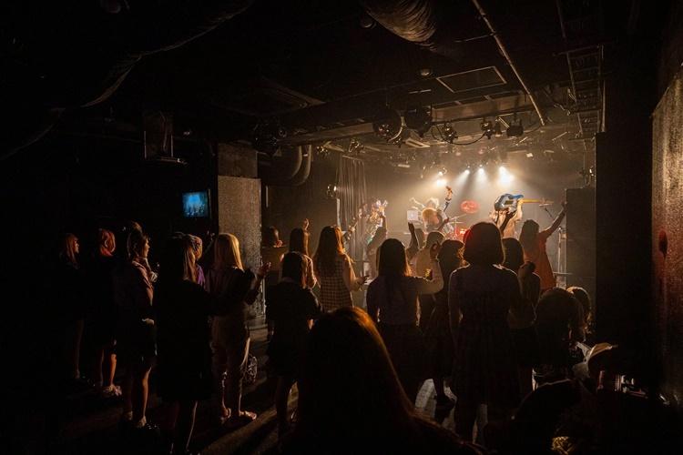 Khách xem ban nhạc biểu diễn tại một câu lạc bộ đêm ở Osaka tối 25/3. Ảnh: NYTimes.