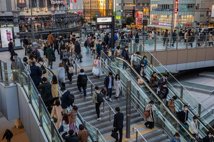 Lối vào nhà ga tàu điện ngầm ở Osaka. Ảnh: NYTimes.