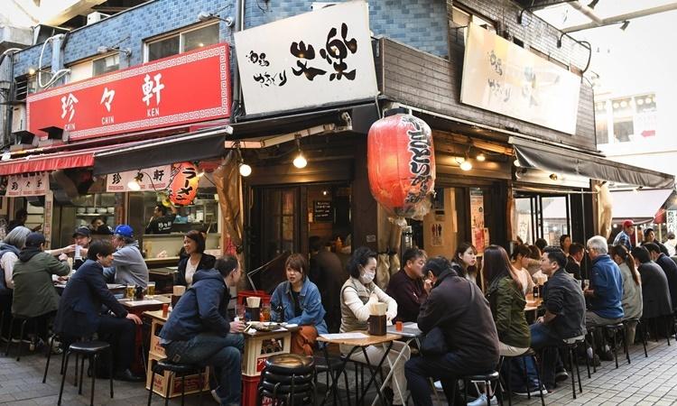 Khách ăn trưa tại một nhà hàng ở thủ đô Tokyo, Nhật Bản, hôm 26/3. Ảnh: NYTimes.