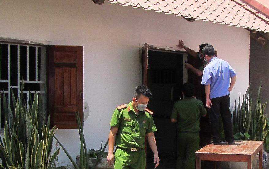 Cảnh sát khám nghiệm trước căn phòng nơi các nạn nhân bị kẻ trộm tấn công, trưa 24/3. Ảnh: Việt Quốc.